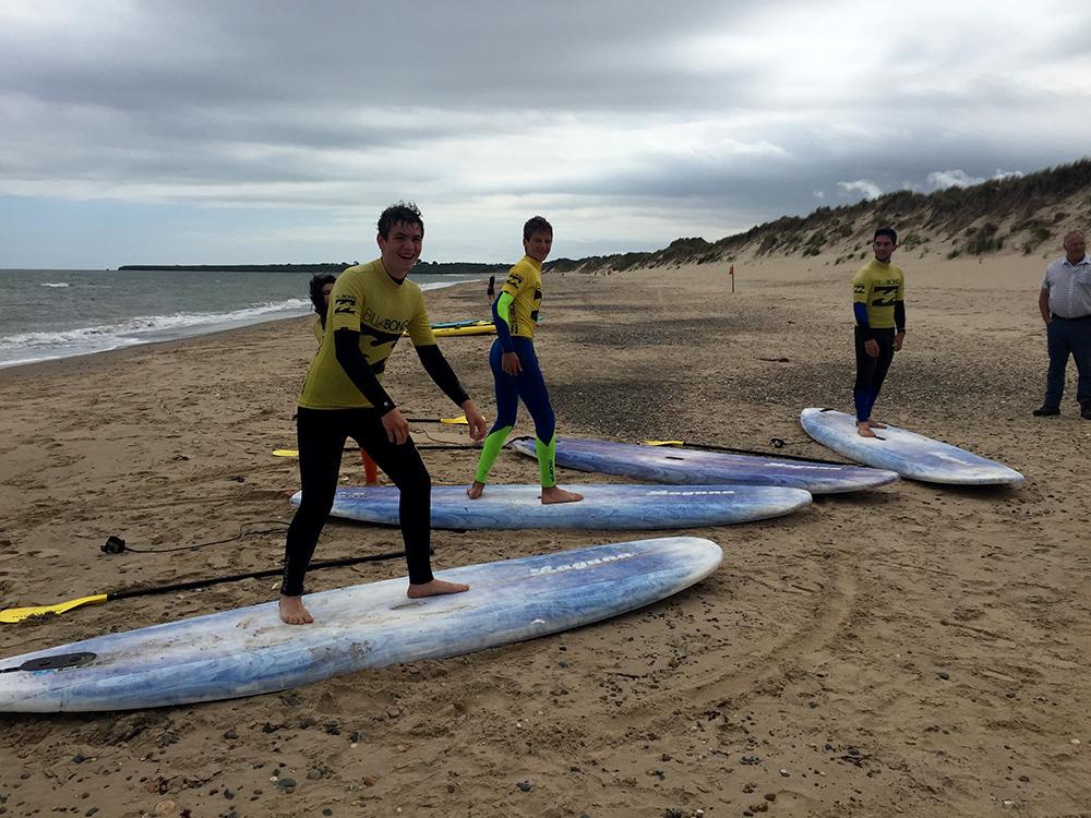 Surf en curso de verano para jóvenes en Arklow, Irlanda