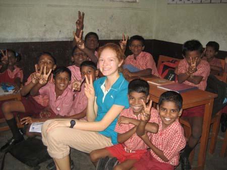 Voluntaria con niños en la India
