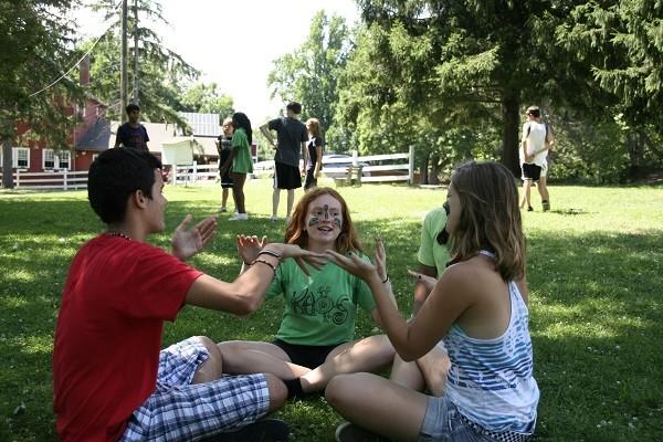 grupo niños practicando actividades en los campamentos americanos