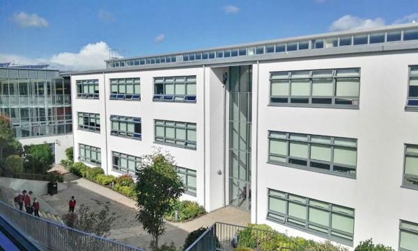 "Colegio público en Irlanda ""Colaiste Cill Mhantain"""