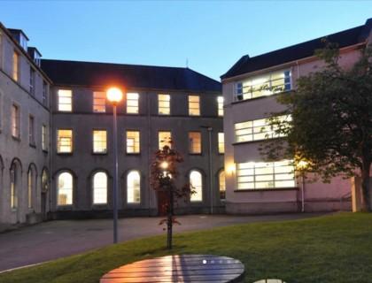 "Colegio público en Irlanda ""Ursuline college sligo"""